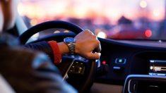 Chofer de Uber se hace pasar por novio de una clienta para salvarla de un acosador