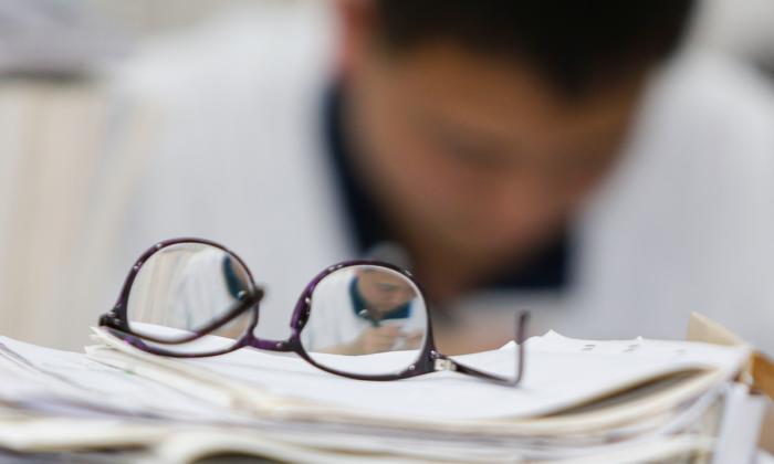 Un estudiante chino se prepara para tomar un examen. (STR/AFP/Getty Images)