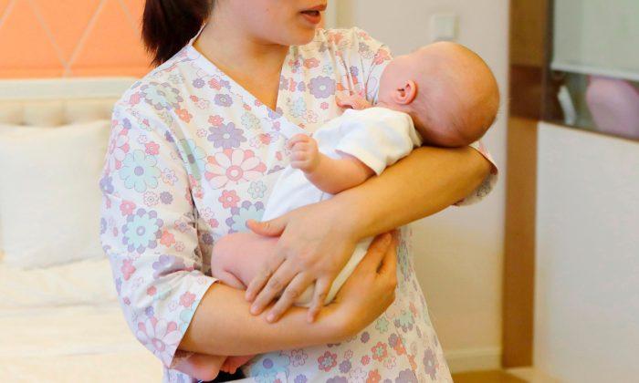 Una mujer sosteniendo un bebé. Foto de archivo. (AFP/Getty Images)