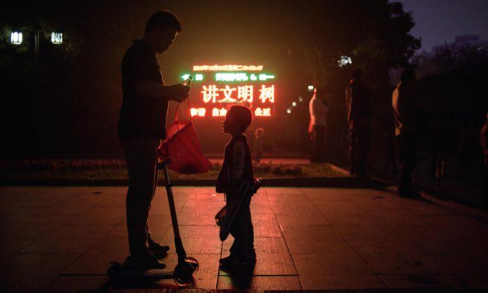 Foto de archivo de un padre y su hijo en China. (Ed Jones/AFP/Getty Images)