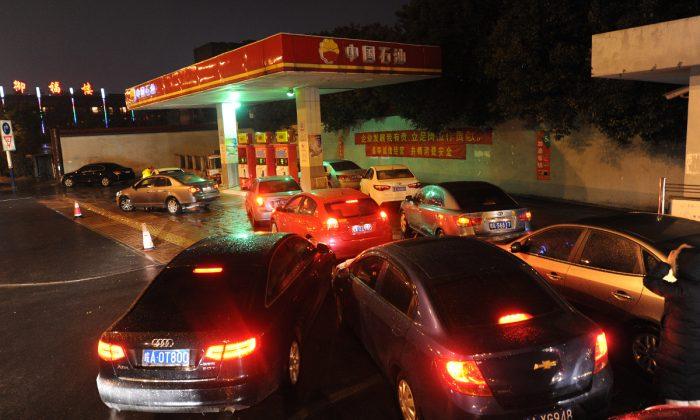 Gasolinera colmada de vehículos en China. (STR/AFP/Getty Images)