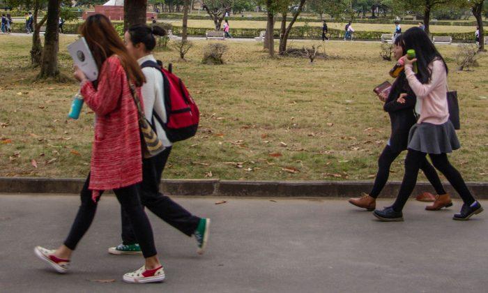 Alumnas caminando en la ciudad de Huizhou, provincia de Guangdong, China. (VCG/VCG vía Getty Images)