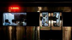 Anciano empuja a una joven fuera de su asiento en el metro para poder sentarse