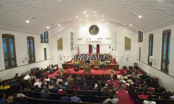 Los feligreses se sientan dentro de la renovada Iglesia Bautista Ebenezer en Atlanta, Georgia, el 19 de enero de 2002. (Erik S. Lesser/Getty Images)