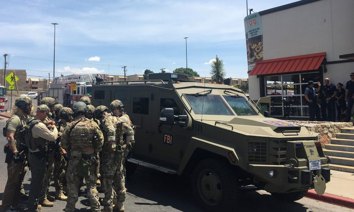 Oficiales de policía armados junto a un vehículo blindado del FBI frente al centro comercial Cielo Vista en medio de una situación de tiradores activos en El Paso el 3 de agosto de 2019. (Angel Juarez/AFP/Getty Images)