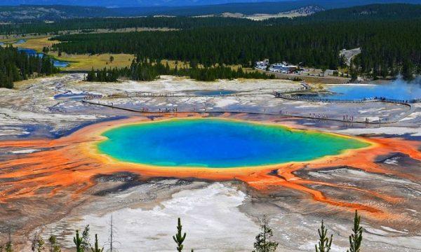 Grande manancial prismático no Parque Nacional de Yellowstone. O parque está salpicado de gêiseres e fontes termais alimentadas por atividade vulcânica subterrânea (commons.wikimedia.org)