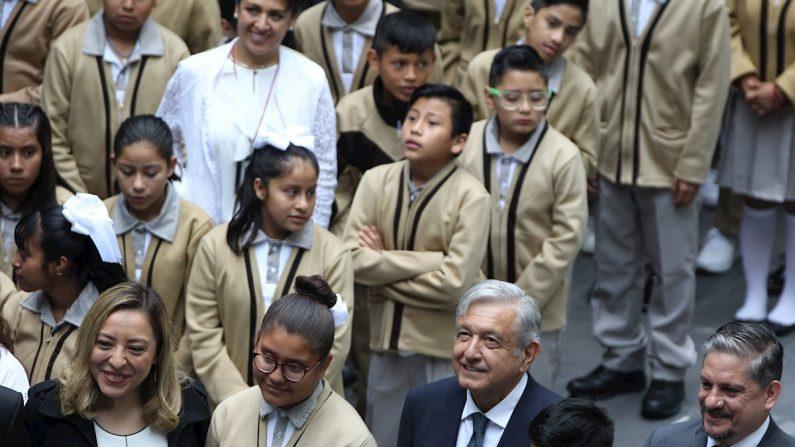 El presidente mexicano, Andrés Manuel López Obrador (c-abajo), encabeza un evento por el inicial de clases este lunes en Ciudad de México (México). EFE/Mario Guzmán