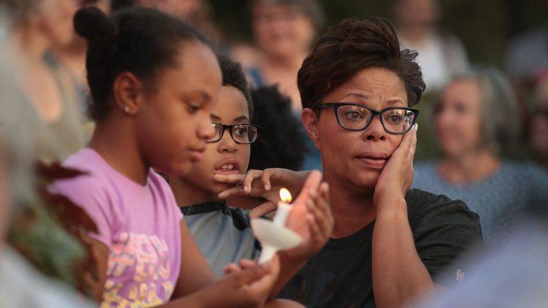 Los dolientes asisten a un servicio conmemorativo para recordar a las víctimas del tiroteo masivo del domingo por la mañana en el distrito de Oregon de la cercana Dayton en Springfield, Ohio, el 5 de agosto de 2019. (Scott Olson/Getty Images)