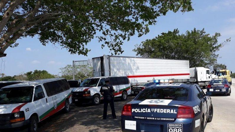 Fuentes del Instituto Nacional de Migración (INM) del país dieron a conocer que en la tarde del miércoles los migrantes fueron abandonados en el interior de un tráiler, dentro de una caja, en el municipio de Coatzacoalcos, en el sur de Veracruz. EFE/Edgar Ávila/Archivo