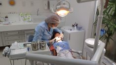 Informe: Extraen 526 dientes de la boca de un niño de 7 años en India