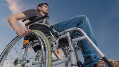 Se baja de su silla de ruedas para rescatar a un gatito en problemas a pesar de su discapacidad