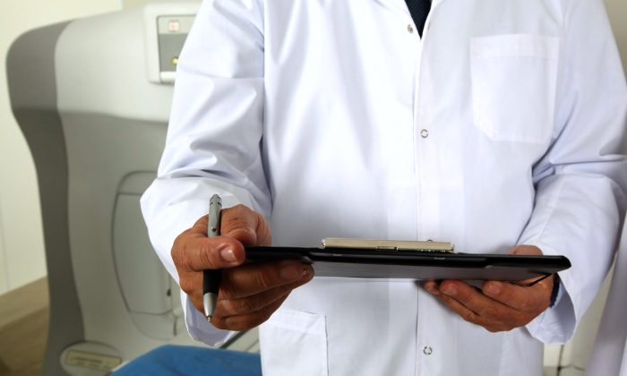 """El exceso de exámenes se deriva de un modelo de atención de emergencia que obliga a los médicos a practicar """"la medicina rápida y mediocre"""". (Valelopardo/Pixabay)"""