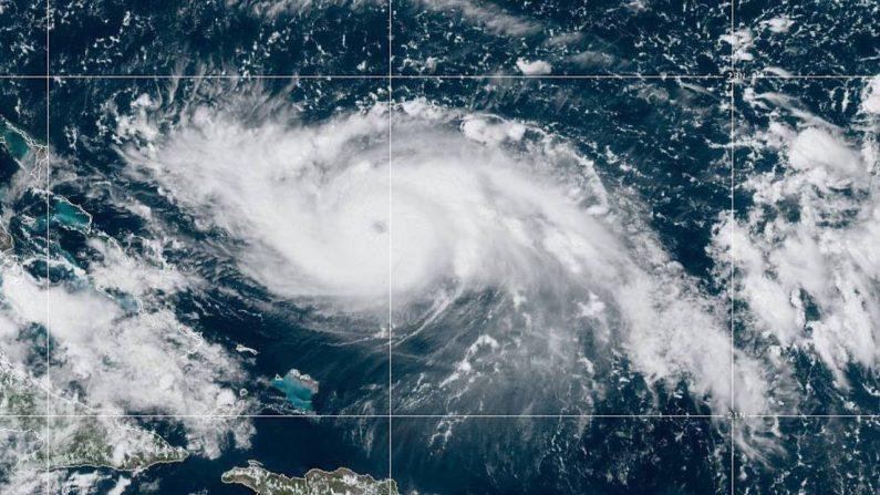 Fotografía cedida este viernes por la Administración Nacional Oceánica y Atmosférica (NOAA) por vía del Centro Nacional de Huracanes (NHC) donde se muestra el paso del huracán Dorian. (EFE/NOAA-STAR/NHC)