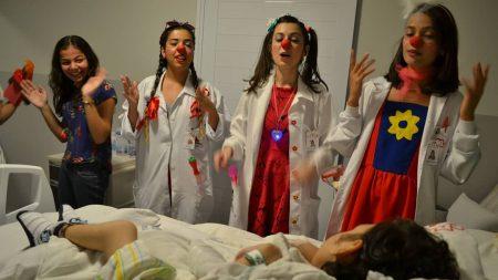 """""""Doutores do Reino"""" levam alegria para hospital e asilo"""