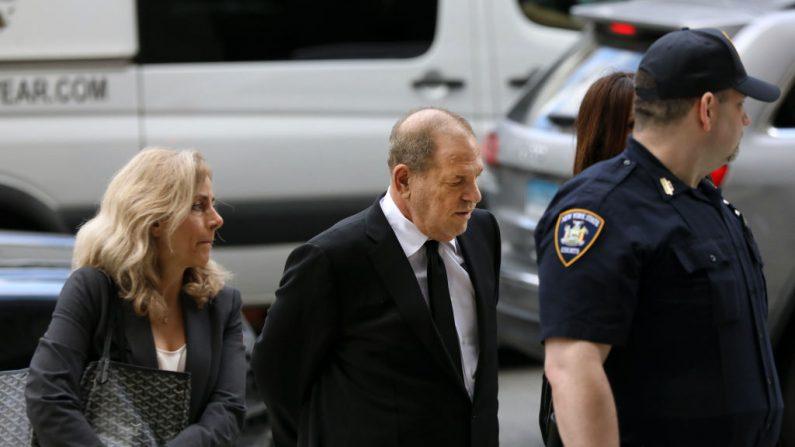 Harvey Weinstein chega ao tribunal com sua equipe jurídica para denúncias sobre uma nova acusação de agressão sexual em 26 de agosto de 2019 em Nova York (Foto de Spencer Platt / Getty Images)