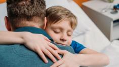 """Papá publica una tarea de su hijo autista que le rompe el corazón y crea una """"avalancha"""" en redes"""