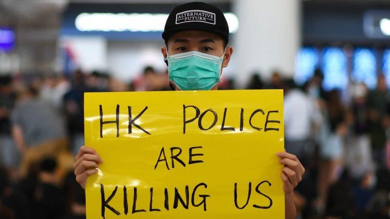 Los manifestantes a favor de la democracia se reúnen contra la brutalidad policial y el controvertido proyecto de ley de extradición en el aeropuerto internacional de Hong Kong el 12 de agosto de 2019. (Manan Vatsyayana/AFP/Getty Images)