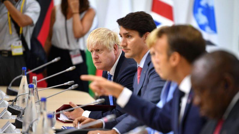 El primer ministro británico Boris Johnson, el primer ministro canadiense Justin Trudeau, la canciller alemana Angela Merkel y el presidente francés Emmanuel Macron asisten a un almuerzo de trabajo durante la Cumbre del G7 en Biarritz, Francia, el 26 de agosto de 2019. (Jeff J Mitchell/Getty Images)