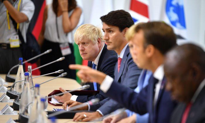 Da esquerda para a direita: o primeiro-ministro britânico Boris Johnson, o primeiro-ministro canadense Justin Trudeau, a chanceler alemã Angela Merkel e o presidente francês Emmanuel Macron participam de um almoço de trabalho durante a Cúpula do G7 em Biarritz, França, em 26 de agosto de 2019 (Jeff J Mitchell / Getty Images )
