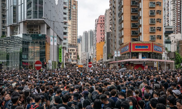 Manifestantes en una marcha durante una protesta en Hong Kong, el 3 de agosto de 2019. (Anthony Kwan/Getty Images)