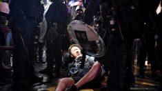 Policía de Hong Kong ingresa al metro y ataca con gas lacrimógeno y porras a pasajeros desarmados