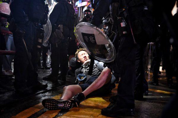 Un manifestante es detenido en Causeway Bay en Hong Kong el 31 de agosto de 2019. (Lillian Suwanrumpha/AFP/Getty Images)