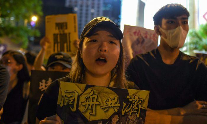Manifestantes pro-democracia sostienen carteles mientras asisten a un acto en Hong Kong, el 16 de agosto de 2019. (Manan Vatsyayana/AFP/Getty Images)