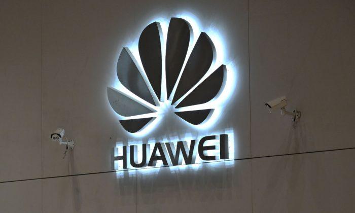 Logotipo da empresa Huawei  na área de recepção de sua sede central em Shenzhen, província de Guangdong, China, em 29 de maio de 2019 (Hector Retamal / AFP / Getty Images)