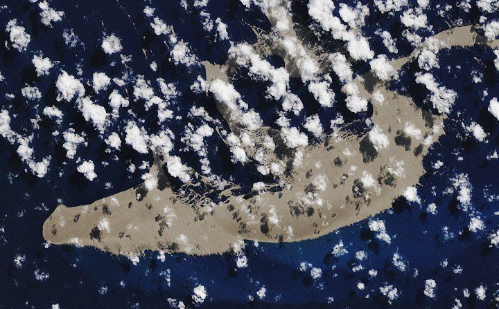 Ilha de pedra-pomes flutuante perto de Tonga (imagem de satélite da NASA)