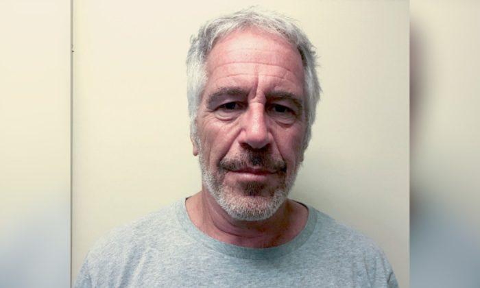 Jeffrey Epstein aparece em uma foto tirada para o registro de criminosos sexuais da Divisão de Justiça Criminal do Estado de Nova York, em 28 de março de 2017. (Divisão de Serviços de Justiça Criminal do Estado de Nova Iorque)