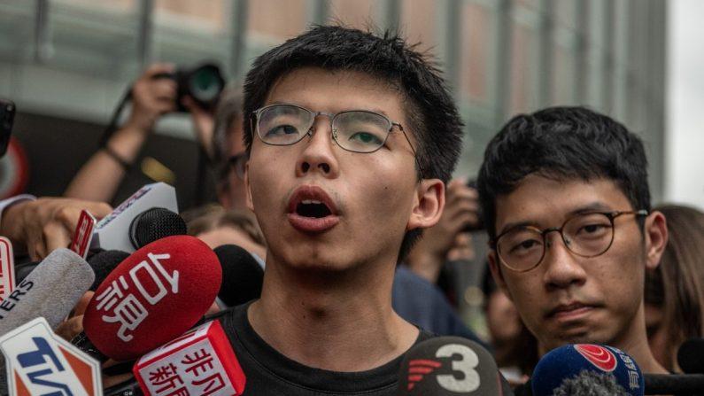 El activista prodemocracia Joshua Wong habla con los medios de comunicación fuera del Consejo Legislativo poco después de salir de prisión en Hong Kong, el 17 de junio de 2019. (Carl Court/Getty Images)