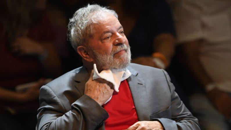 Expresidente brasileiro (2003-2011) Luiz Inácio Lula da Silva participa de um comício de partidos de esquerda brasileiros no Circo Voador, no Rio de Janeiro, Brasil, em 2 de abril de 2018 ( MAURO PIMENTEL / AFP / Getty Images)