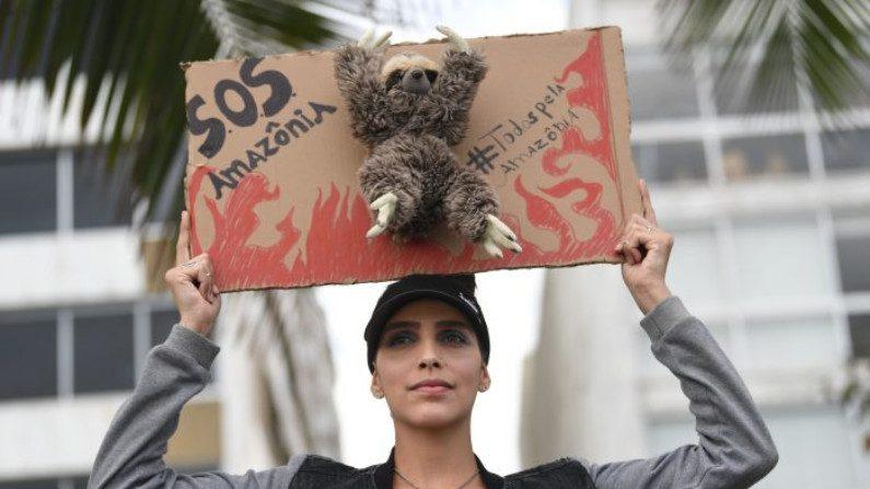Ativista participa de manifestação contra a destruição da floresta amazônica, na praia de Ipanema, no Rio de Janeiro, Brasil, em 25 de agosto de 2019 (Mauro Pimentel / AFP / Getty Images)