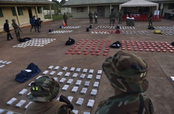 Membros da Força Especial de Combate ao Narcotráfico (FELCN) da Bolívia guardam 582 kg de cloridrato de cocaína, apreendidos em uma fazenda - onde supostamente iria ser refinada - na cidade de Guayaramerín, em 17 de abril de 2018 (AIZAR RALDES / AFP / Getty Images)