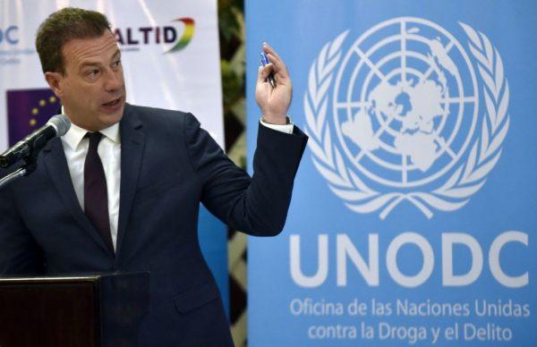 Representante na Bolívia do Escritório das Nações Unidas contra Drogas e Crime (UNODC), Thierry Rostan, fala sobre o processo de incineração e destruição de drogas ilegais apreendidas na Bolívia em 2019, em 14 de agosto de 2019 em La Paz (AIZAR RALDES / AFP / Getty Images)