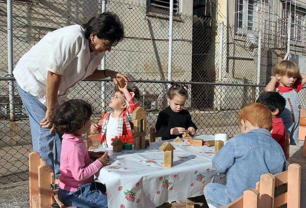 "Professora de jardim de infância da creche ""Elpidio Valdez"", no bairro de Vedado, em Havana (ADALBERTO ROQUE / AFP / Getty Images)"