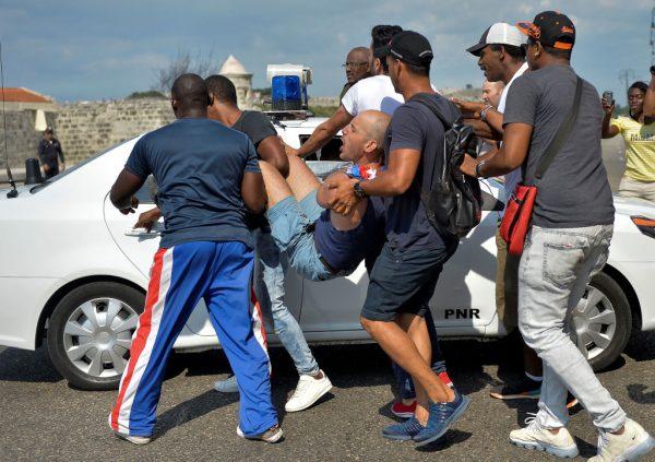 Polícia cubana prende um manifestante em Havana em 11 de maio de 2019 (YAMIL LAGE / AFP / Getty Images)