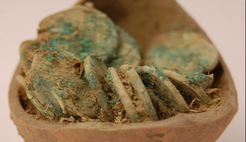 Descoberta de moedas de prata da Idade Média. Arquivo (Wikimedia Commons)