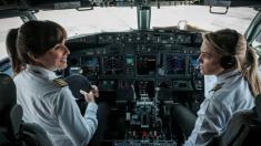 Foto de madre e hija piloteando un Boeing 737 se vuelve viral en redes