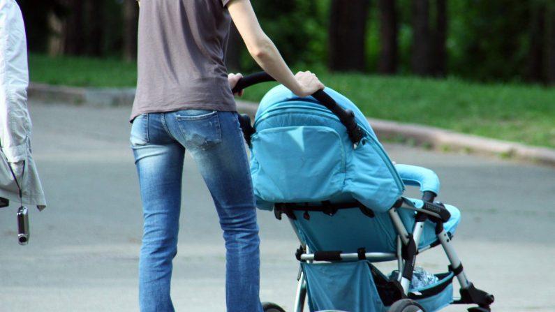 Imagem ilustrativa de uma mulher empurrando um carrinho de bebê (Creative Commons)
