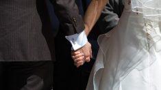 Namorados de infância morrem em acidente de carro minutos após o casamento