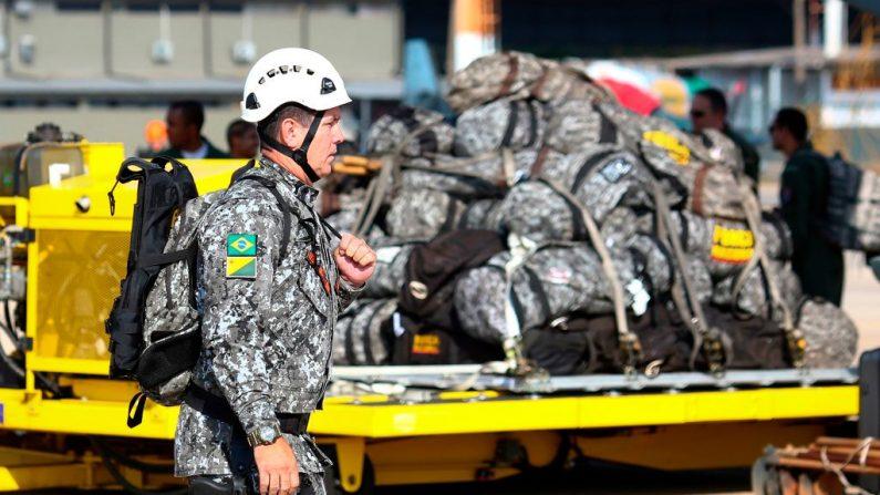 Um bombeiro militar da Força Nacional se prepara para embarcar em um avião para Rondônia, no norte do Brasil, para ajudar a combater incêndios na floresta amazônica na Base Aérea Militar em Brasília, em 24 de agosto de 2019 (Foto SERGIO LIMA / AFP / Getty Images)