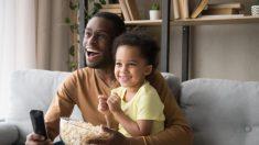 El vídeo de un papá conversando con su bebé mientras ven la TV ha sido visto 55 millones de veces