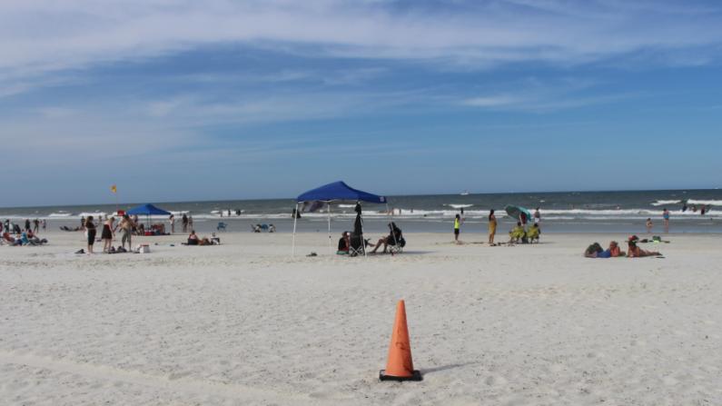 En una de las playas de St Agustine, Florida, los esposos Dalton Cottrell y Cheyenne Cottrell celebraron su luna de miel a fines de julio de 2019. Imagen de archivo. (Wikimedia Commons)