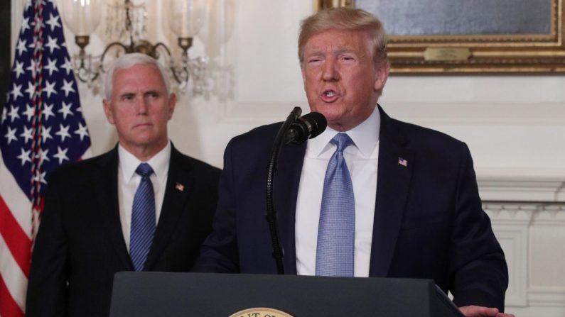 El presidente Donald Trump en la Sala de Recepción Diplomática de la Casa Blanca mientras el Vicepresidente de los Estados Unidos, Mike Pence, lo observa en Washington, DC, el 5 de agosto de 2019. (Alex Wong/Getty Images)