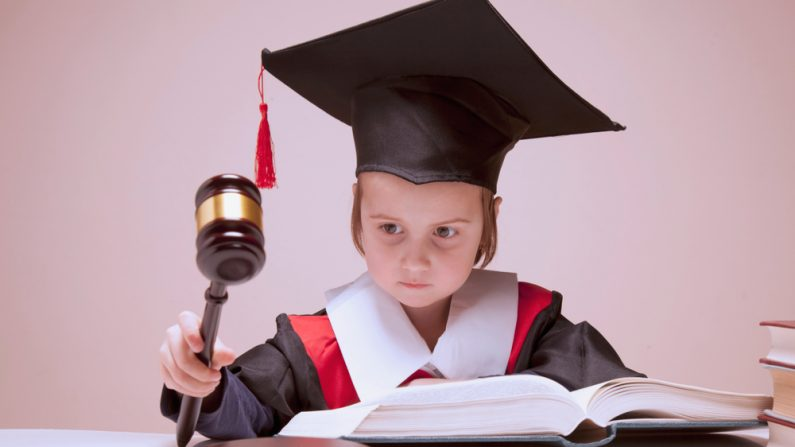 Niño juzga y dictamina sentencia. Imagen ilustrativa. (Zwiebackesser/Shutterstock)