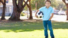 """Niño argentino escribe tiernos carteles que provocan avalancha de generosidad: """"¿Han visto mi pelota?"""""""
