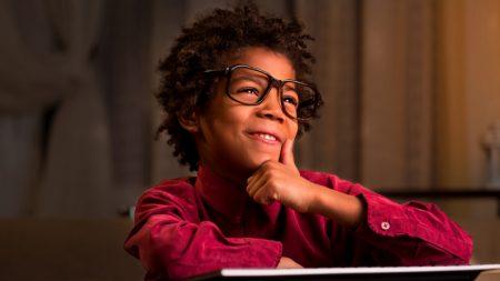 Juez le pide a un niño que dicte la sentencia a su papá y su honesta respuesta hace reír a todos