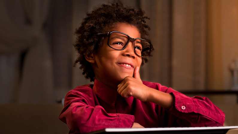 Niño pensando qué resuelve. Imagen ilustrativa. (Denis Production/Shutterstock)