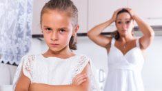 La lección de una mamá a una hija desagradecida que arrojó un regalo a la basura se volvió viral